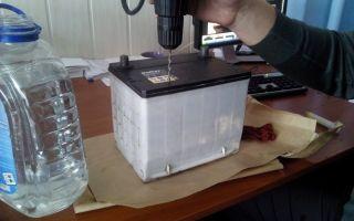 Как долить дистиллированную воду в аккумулятор? на самом деле – очень просто