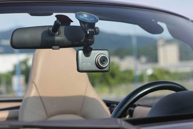 Установка видеорегистратора на лобовое стекло. Незаменимая вещь на дорогах