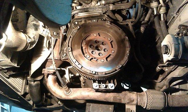 Нужно ли выжимать сцепление при запуске двигателя? Помогает или нет?