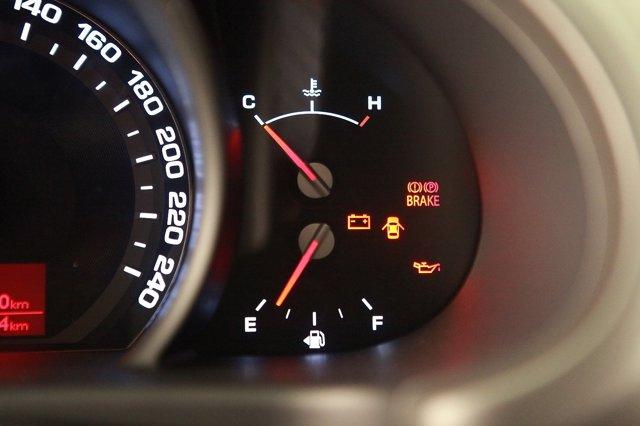 Почему загорается лампочка давления масла на холостых и низких оборотах двигателя?