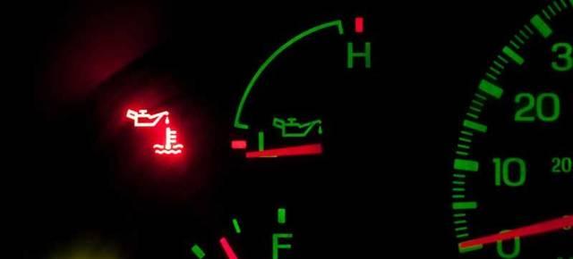 Почему загорается лампочка давления масла при нагревании двигателя? Причины и действия