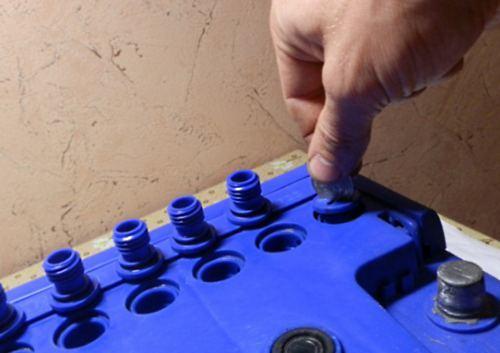 Нужно ли откручивать пробки при зарядке аккумулятора? Ответ в статье