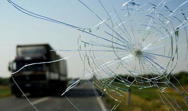 Что делать, если попал камень в лобовое стекло? Список мер и советы
