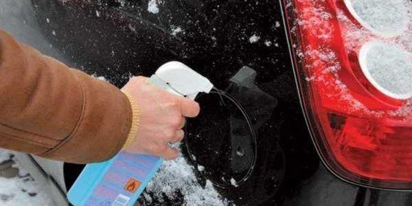 Что делать, если замерз лючок бензобака? 2 причины и способы