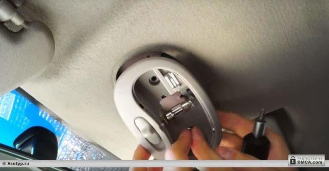 Как самому снять плафон освещения салона? Действуем пошагово