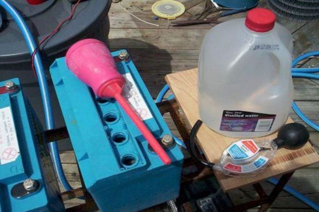 Как долить дистиллированную воду в аккумулятор? На самом деле - очень просто