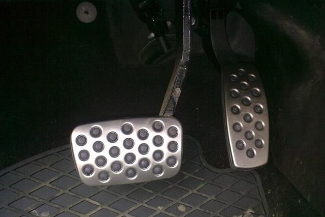 Где какая педаль в машине? Расположения газа, сцепления и тормоза на механике и автомате