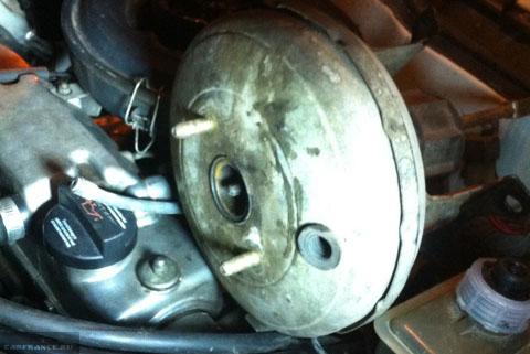 Почему при нажатии на педаль тормоза падают обороты? Мнение автомеханика