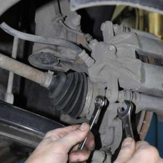 Почему после замены тормозных колодок проваливается педаль тормоза? А мы знаем
