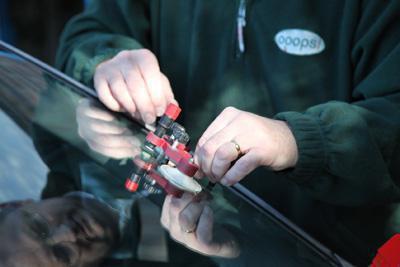 Как остановить трещину, если треснуло лобовое стекло? Пошаговая инструкция
