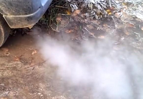Капает жидкость из выхлопной трубы? Без паники - это конденсат