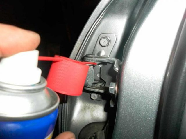 Чем смазать петли и резинки дверей автомобиля? Обозреваем варианты