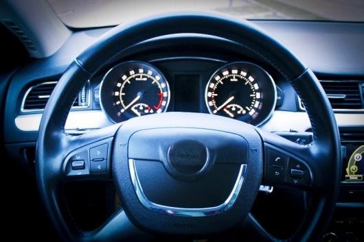 Почему при разгоне машину тянет вправо? Несколько причин и способы устранения явления
