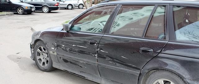 Что делать, если поцарапали машину во дворе или на парковке? Список нужных действий