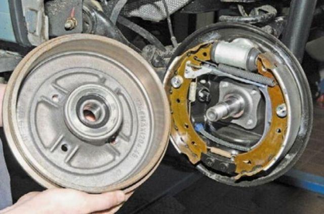 Почему при нажатии на педаль тормоза слышно шипение? Разбираем возможные причины