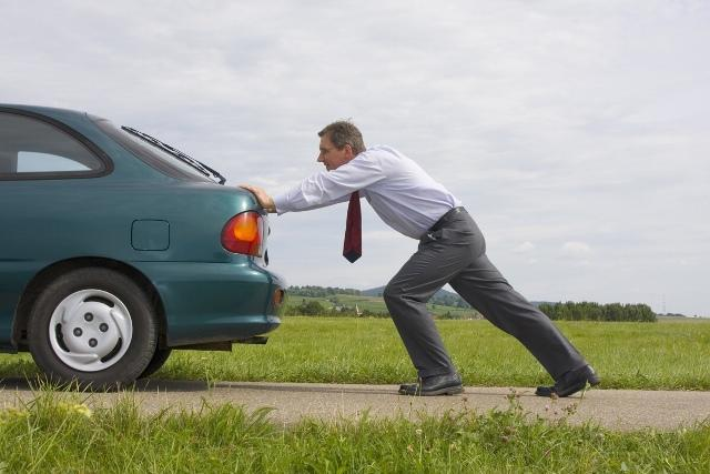 Как правильно завести машину с толкача? Когда помогает только это