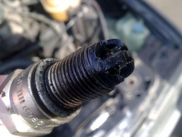 Как завести машину, если залило свечи? А мы знаем