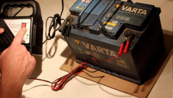 Как зарядить необслуживаемый аккумулятор автомобиля зарядным устройством и можно ли это делать?