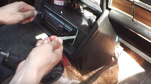 Как снять штатную магнитолу без съемников самому? 6 способов