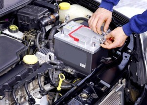 Как зарядить аккумулятор автомобиля не снимая с машины? Так тоже можно