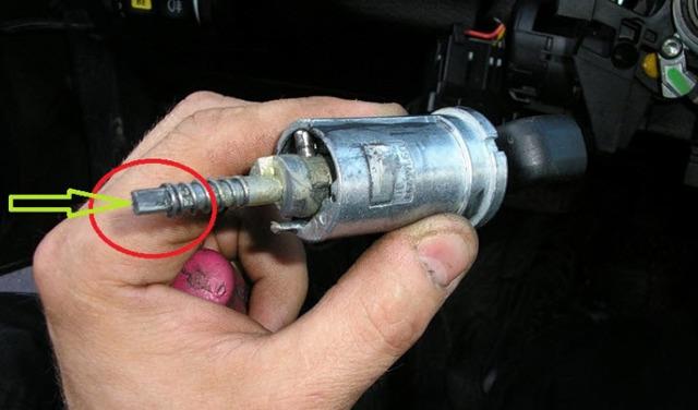 Что делать, если заблокировался руль и замок зажигания? Причины и действия