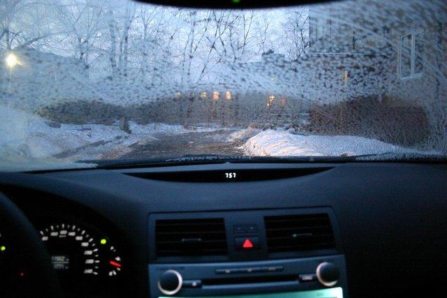Что делать, если замерзает лобовое стекло изнутри? Список причин и действий