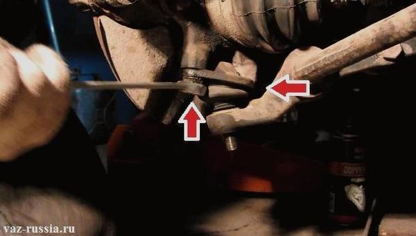 Как снять шаровую опору без съемника? Когда под рукой его нет