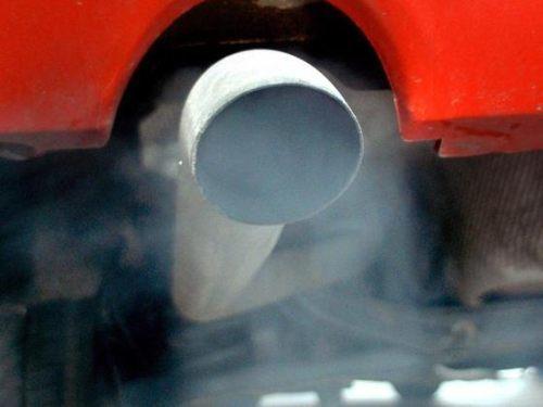 Почему из выхлопной трубы пахнет бензином? Проблема решаема